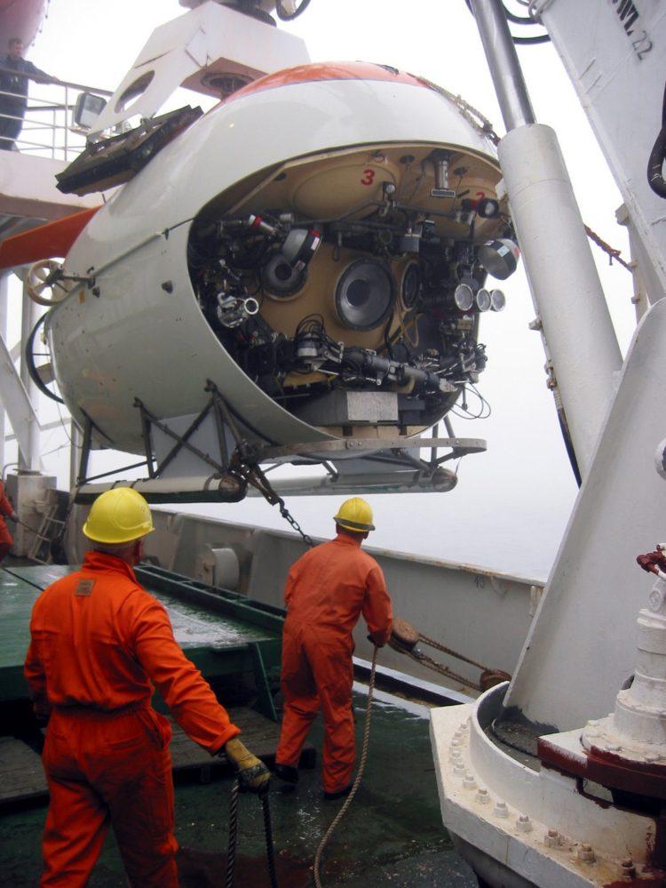 MIR 1 submersible craft to visit the Titanic - 2003